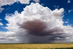 Ciel d'été avec des nuages d'orage Photos stock