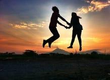 Ciel de bâti de soeur de frère de coucher du soleil Images libres de droits