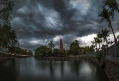 Ciel de Beautyful et nuages dramatiques sur le lac storm photographie stock libre de droits