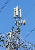 Ciel de communication de tour sur un fond de ciel bleu et de nuages photographie stock libre de droits