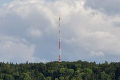 Ciel de communication de tour Tour de TV sur un fond de ciel bleu images libres de droits