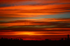 ciel de coucher du soleil au-dessus d'horizon de ville Images libres de droits