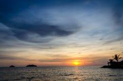 Ciel de coucher du soleil au-dessus d'océan Photo libre de droits