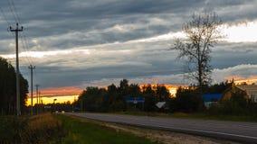 Ciel de coucher du soleil au-dessus de la route banque de vidéos