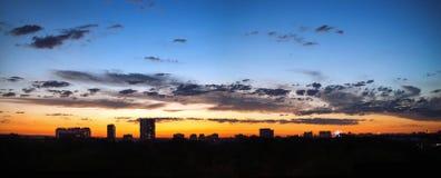 Ciel de coucher du soleil au-dessus de la ville Photos stock