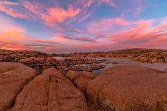 Ciel de coucher du soleil au-dessus de Watson Lake Photographie stock libre de droits