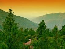 Ciel de coucher du soleil au-dessus des montagnes Image libre de droits