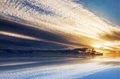 Ciel de coucher du soleil au-dessus de fond de surface de l'eau Photographie stock libre de droits