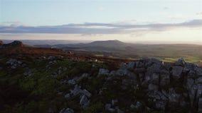 Ciel de coucher du soleil au-dessus de montagne scénique au Royaume-Uni banque de vidéos