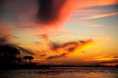 Ciel de coucher du soleil au paysage marin de plage images libres de droits