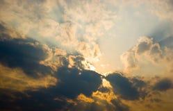 Ciel de coucher du soleil avec des nuages Image stock