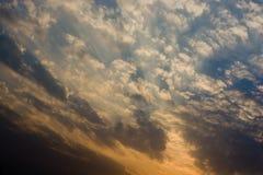 Ciel de coucher du soleil avec des nuages Photo libre de droits