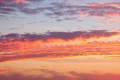Ciel de coucher du soleil avec des nuages photographie stock libre de droits