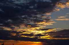 Ciel de coucher du soleil avec des nuages photo stock
