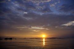 Ciel de coucher du soleil avec Koh Si Chang Island Image stock