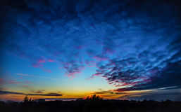 Ciel de coucher du soleil avec l'avion Photographie stock