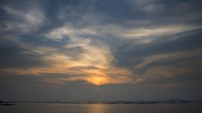 Ciel de coucher du soleil avec le nuage gentil photographie stock