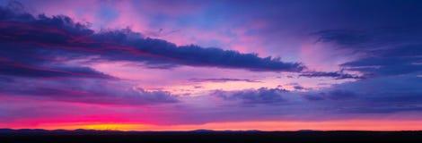 Ciel de coucher du soleil avec les nuages multicolores Photo stock