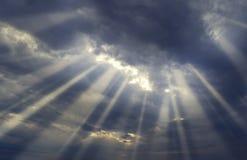 Ciel de coucher du soleil avec les rayons légers Images libres de droits