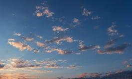 Ciel de coucher du soleil avec quelques nuages clairsemés Photographie stock libre de droits