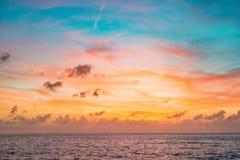 Ciel de coucher du soleil dans la couleur rouge et bleue avec les nuages subtils au-dessus de l'horizon de mer Images libres de droits
