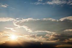 Ciel de coucher du soleil de Dramatics avec des nuages Photos libres de droits