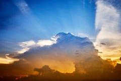 Ciel de coucher du soleil de soirée avec les rayons légers Image libre de droits
