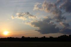 Ciel de coucher du soleil de village avec les nuages Photographie stock