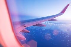 Ciel de coucher du soleil de la fenêtre d'avion Images stock
