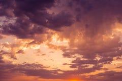 Ciel de coucher du soleil nuages avec la lumière excessive Photos stock