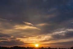 Ciel de coucher du soleil pour des milieux photo libre de droits