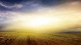 Ciel de coucher du soleil Route au coucher du soleil Fond excessif de nature Photos libres de droits