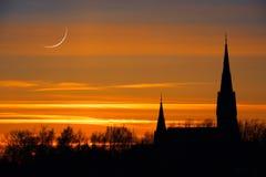 Ciel de croissant de lune et de coucher du soleil d'église photos stock