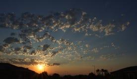 Ciel de désert au coucher du soleil D'or avec des nuages Photos libres de droits