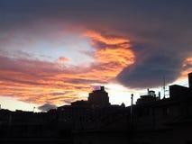 Ciel de Drammatic au-dessus de la ville Photographie stock libre de droits
