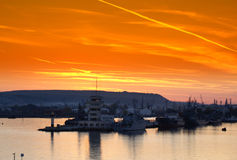 Ciel de flambage de coucher du soleil de port de Varna images libres de droits