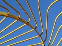 Ciel de Hay Rake Tines Against Blue en métal jaune photographie stock libre de droits
