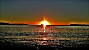 Ciel de l'eau de bateau d'océan de plage du soleil de coucher du soleil image stock