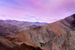 Ciel de Lavendar et montagnes oranges dans Ladakh Photographie stock libre de droits