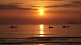 Ciel de lever de soleil avec des bateaux de pêche banque de vidéos