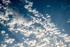 Ciel de lever de soleil avec les nuages d'or et bleus dans méditerranéen Images stock