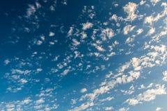 Ciel de lever de soleil et nuages bleus dans méditerranéen Photo stock