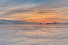 Ciel de lever de soleil de beauté au-dessus de lac congelé de l'eau photo libre de droits