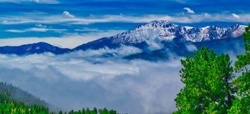 Ciel de montagne du Colorado au-dessus des nuages image stock