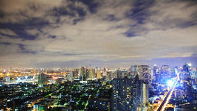 Ciel de Nigth au-dessus de ville photographie stock