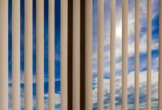 Ciel de nuage d'abat-jour de fenêtre Photo libre de droits