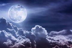 Ciel de nuit avec les nuages et la pleine lune lumineuse avec brillant Photos libres de droits