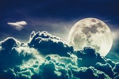 Ciel de nuit avec les nuages et la pleine lune lumineuse avec brillant Hôtes Photographie stock libre de droits