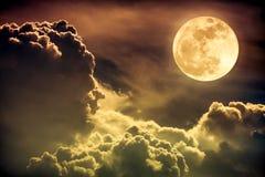 Ciel de nuit avec les nuages et la pleine lune lumineuse avec brillant Sépia Images stock