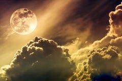 Ciel de nuit avec les nuages et la pleine lune lumineuse avec brillant Sépia Images libres de droits